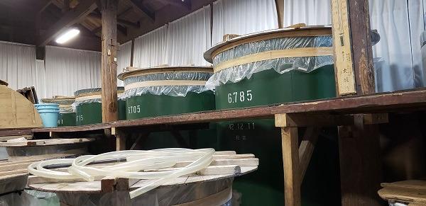 建物内に並ぶ貯蔵タンク、お酒が保管されています。